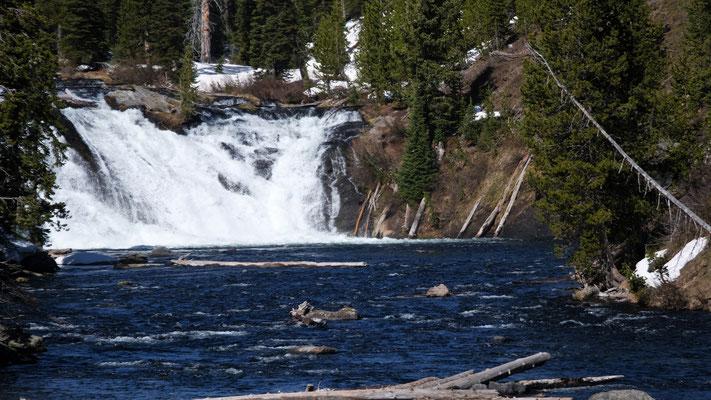 Der erste von zahlreichen Wasserfällen