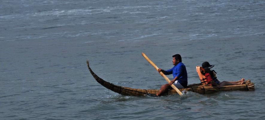 Frau lässt sich auf den Pazifik raus chauffieren