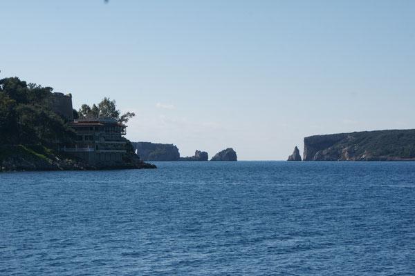 Die Felsen von Pylos vom Hafen aus