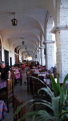Wir geniessen noch einmal den Blick von Terrasse auf den Plaza de Armas