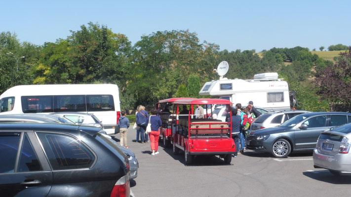 Der Parkplatz füllt sich und die Führungen  in Cricova gehen los.