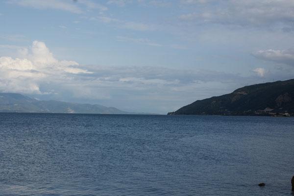 An unserem Übernachtungsplatz. Blick in Richtung Sonne und Wasserstrasse nach Korinth.