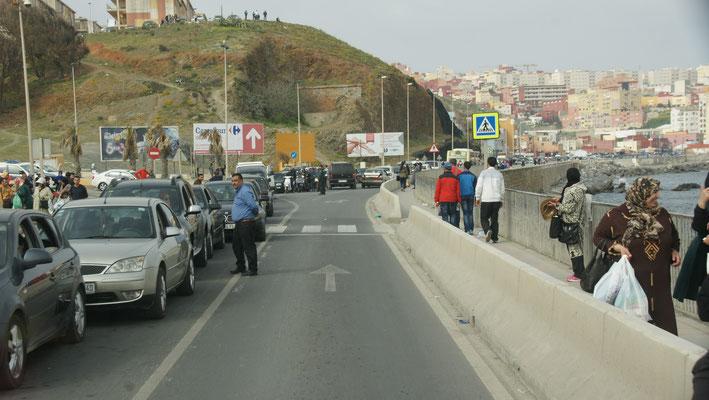 So viele Autos die nach Marokko wollen, haben wir hier noch nie gesehen.
