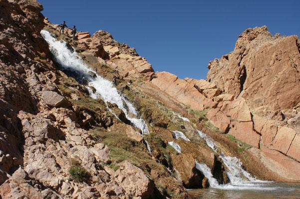 Franz klettert am Wasserfall nach oben
