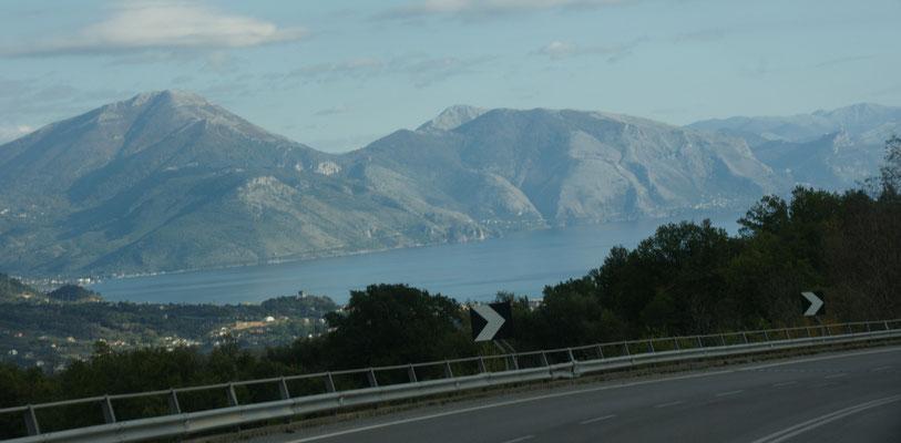 Ueber die Hügel drüber mit Blick in die Bucht von Policastro