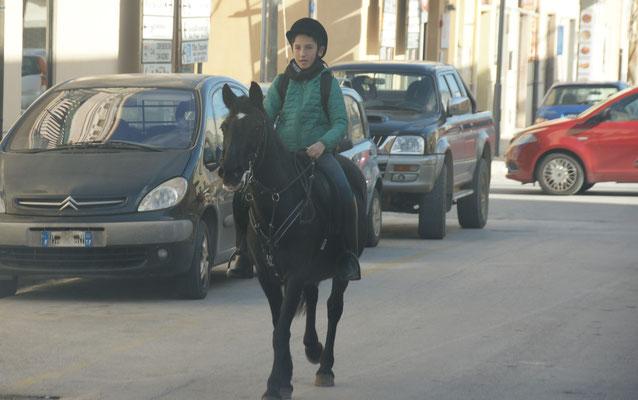 Mädchen auf Pferd mitten in San Vito lo Capo