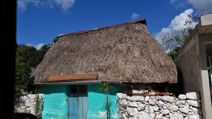 .... sehr bunte strohbedeckte Lehmhütten,  ohne Fenster.