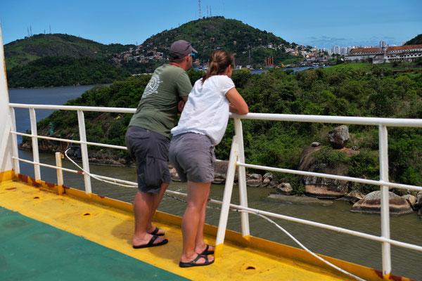 Barbara und Andre kontrollieren, ob wir an den Felsen vorbeikommen
