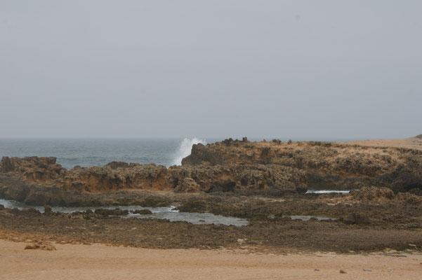 Ausserhalb der Lagune krachen die Wellen gegen die Klippen