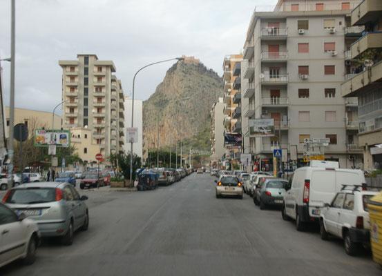 ... nach Palermo. Mal ein Ort mit breiten Strassen.