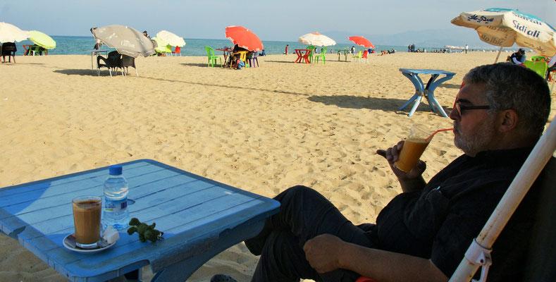 Die Getränke werden am Strand serviert.