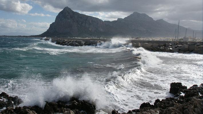 Am bewegten Meer in San Vito lo Capo . Weder Bade-, noch Pädelingwetter