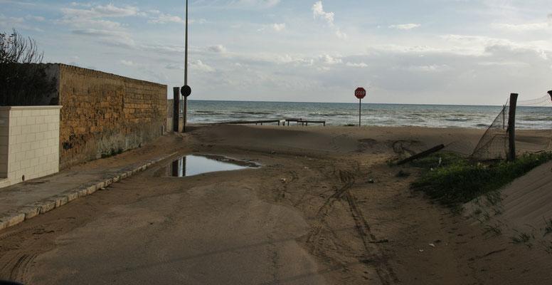 In Marina di Acate ist die Uferstrasse noch ziemlich voll von Sandverwehungen