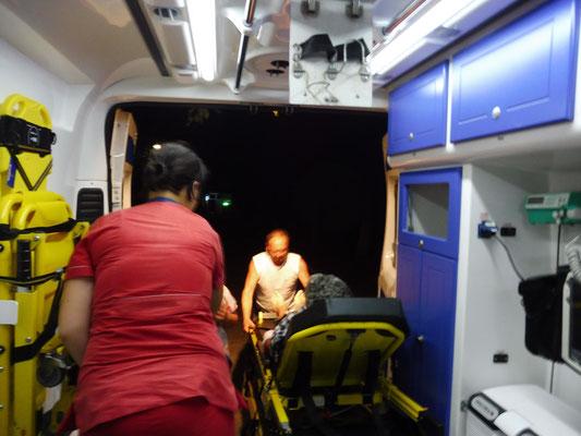 Mit der Ambulanz ins Spital von Bilhorod. Männlich ist einzig der Ambulanzfahrer