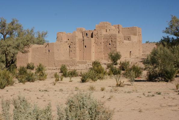 Auf der Weiterfahrt Richtung Ouarzazate noch etliche meisst verfallende Kasbahs