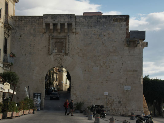 Das alte Tor zur befestigten Stadt Ortigia