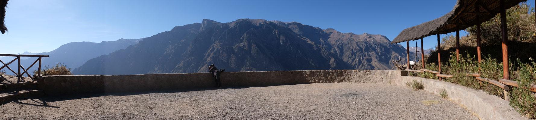 Rundblick von der Terrasse am Cruz del Condor