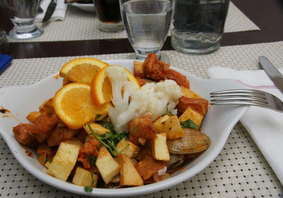Regionale Spezialität: Schwein, Muscheln, Kartoffeln und ein bisschen Gemüse, einfach mhhhhm.