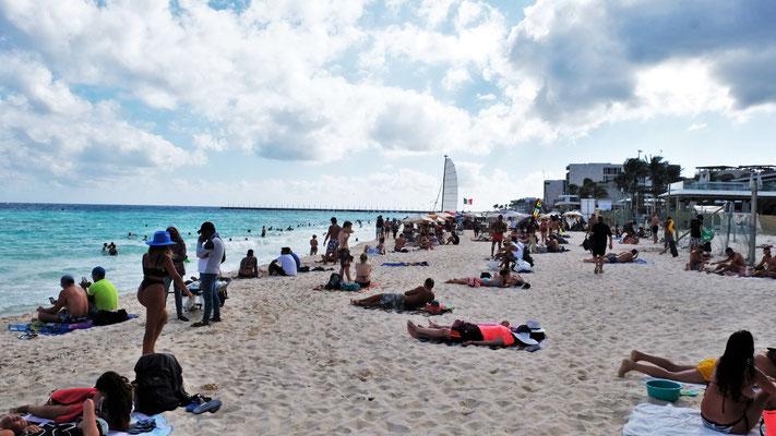 Der Strand in Playa del Carmen ist recht schmal, aber es darf überall, auch vor den Hotelanlagen durchgelaufen werden.