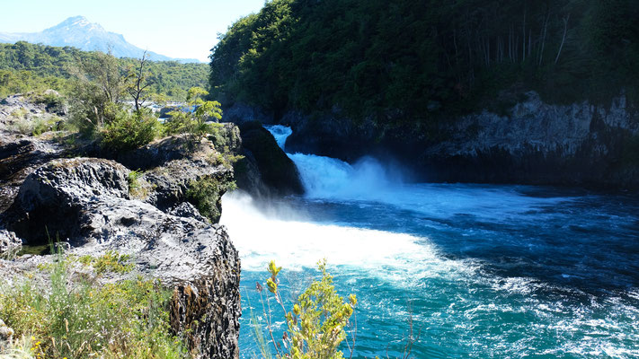 Das Wasser schiesst durch das schwarze Lavagestein