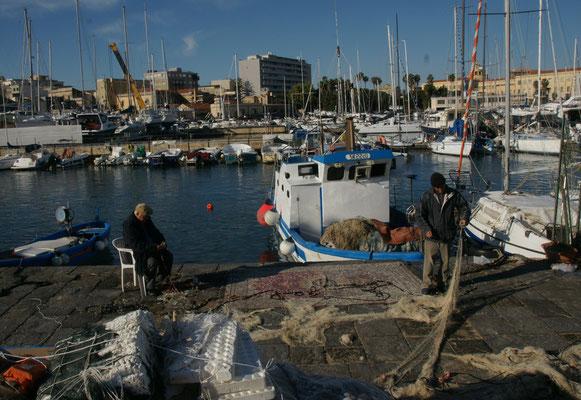 Die Fischer sind am Morgen bereits wieder am Netze flicken
