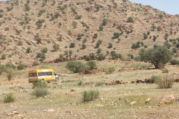 Der Schulbus holt und bringt die Kinder von überall her