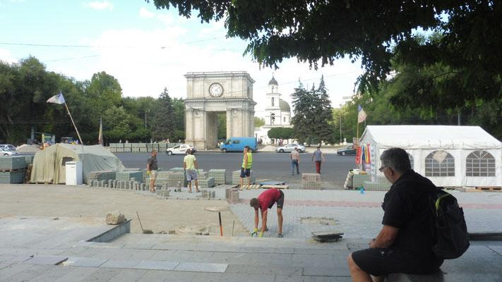 Der Triumphbogen von Chisinau. Die Arbeiten alles von Hand. Alois könnte laut eigenen Angaben stundenlang zusehen.