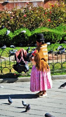 viele Frauen tragen die traditionelle Kleidung