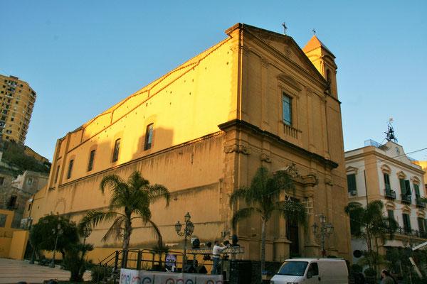 Im Zentrum von Porto Empedocle wird eine Bühne aufgebaut.