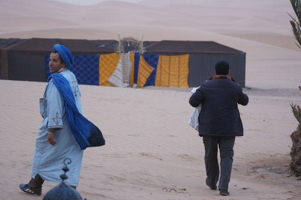Das Zelt für die Uebernachtung der Touris wird vorbereitet