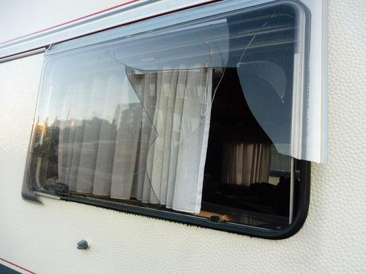 Das eingeschlagene Seitenfenster