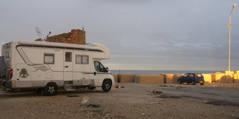 Den Camper haben wir am Vormittag etwas in den Windschatten gestellt.