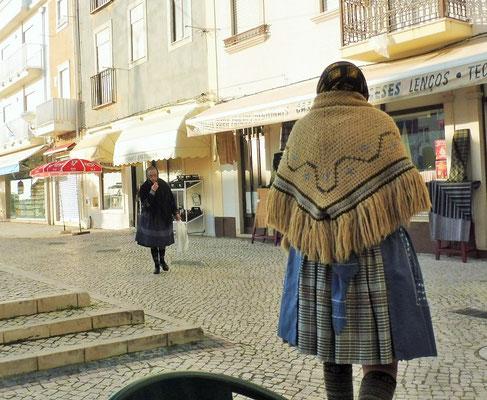 Die alten Frauen tragen Tracht