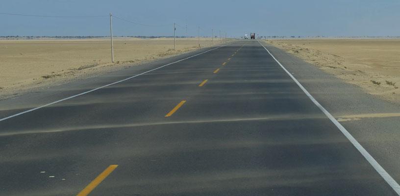 Der Wind vom Pazifik bläst den Sand quer über die Strasse