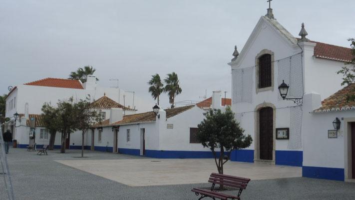 Die Kapelle auf dem Marktplatz von Porto Covo