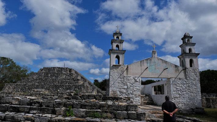 Mitten in der Mayastätte eine Kirchenruine