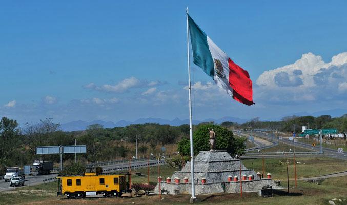 Noch in keinem Land so riesige Fahnen gesehen wie hier in Mexiko