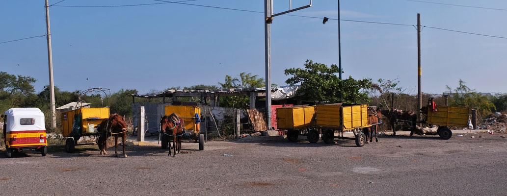 Die Taxis warten am Stadtrand   von Juchitan