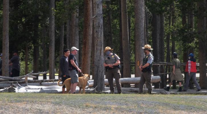 Die Ranger klären einen Hundebesitzer über seine Pflichten auf