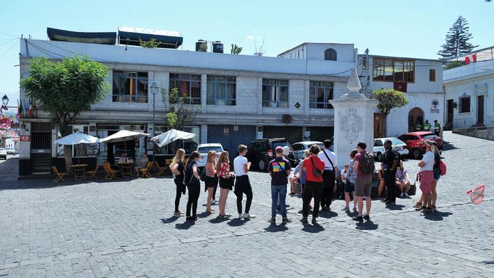 Lange Erklärungen für die Touristengruppen