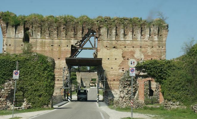 Ueber die Brücke durch die zwei Tore rüber zum Stellplatz