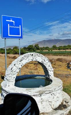 """Sehr viele Brunnen entlang der Strasse, leider nicht sehr """"amächelig"""""""
