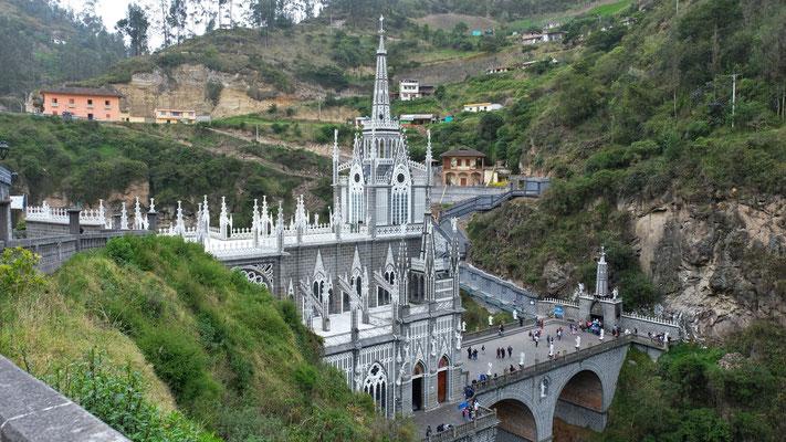Schön angelegte Wege und Treppen zur Kirche und in die Schlucht