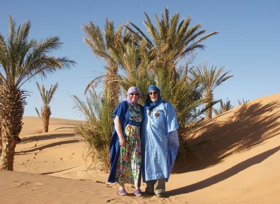 Zwei Wüstenkinder in den Dünen des Erg Chebbi