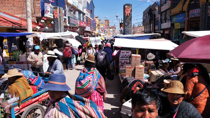 Markttag und alles ist auf den Beinen.