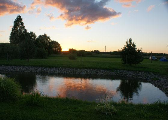 Sonnenuntergang auf dem Campingplatz in Kolkja