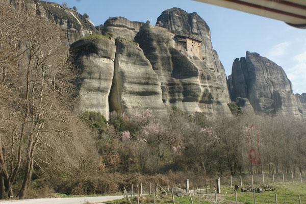 Das erste Kloster klebt am Fels