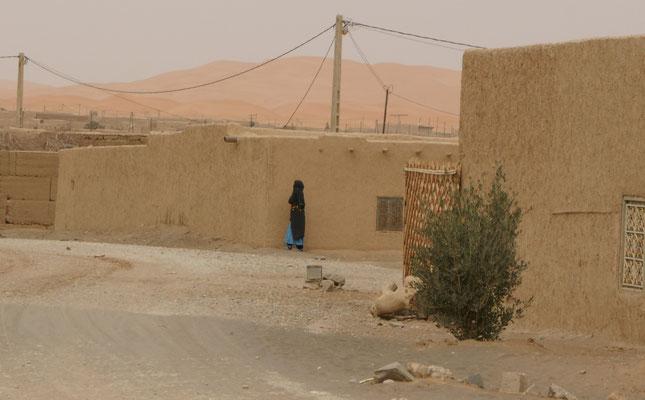 Frau mit traditionellem regionalem Umhang
