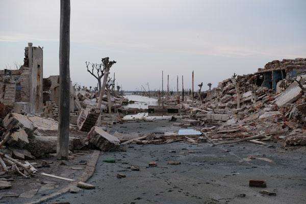 Durchstreifen die beklemmend wirkenden Ruinen.