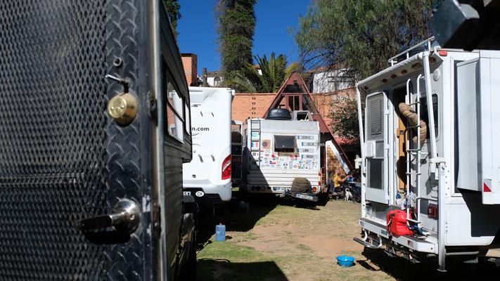 So eng stehen wir auf dem kleinen Campingplatz in Sucre.